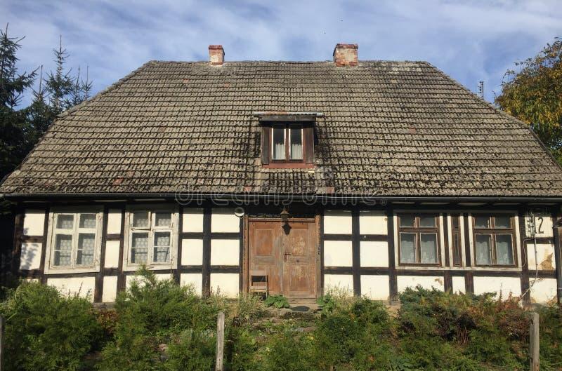 Casa vieja del pueblo rural en Polonia fotografía de archivo