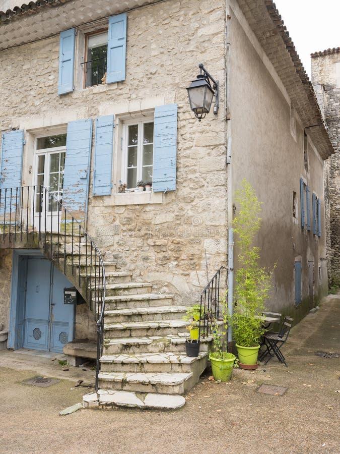 Casa vieja en la ciudad de Provence del manosque con los obturadores azules imagen de archivo