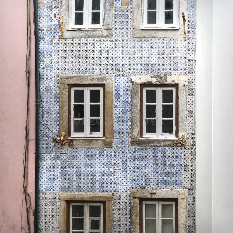 Casa vieja en la vecindad de Alfama en Lisboa foto de archivo