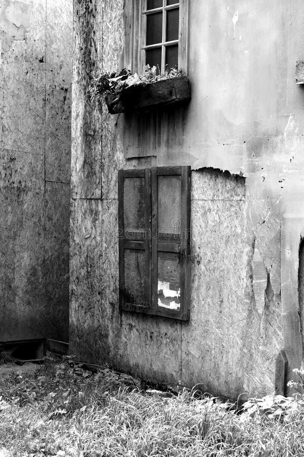 Casa vieja en pueblo abandonado fotos de archivo libres de regalías