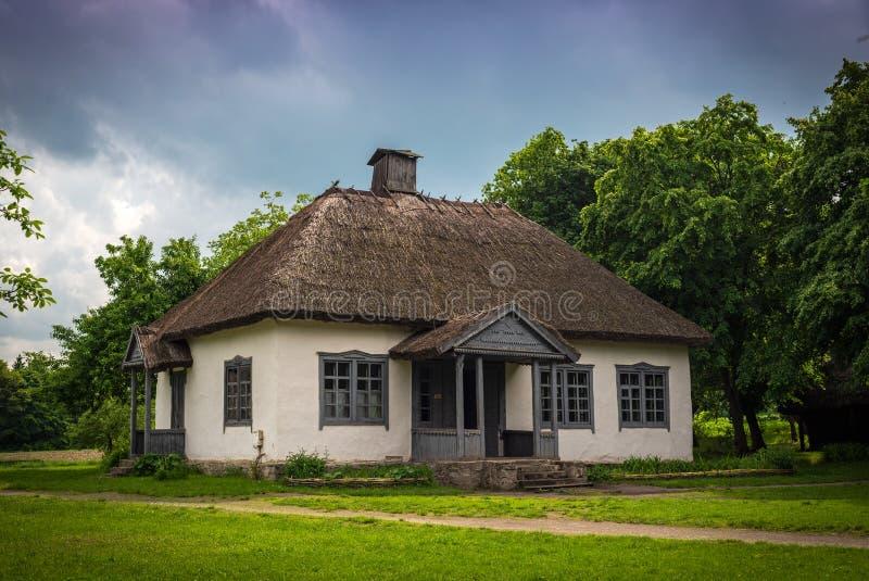 Casa vieja en pueblo ucraniano tradicional del pa?s imagen de archivo