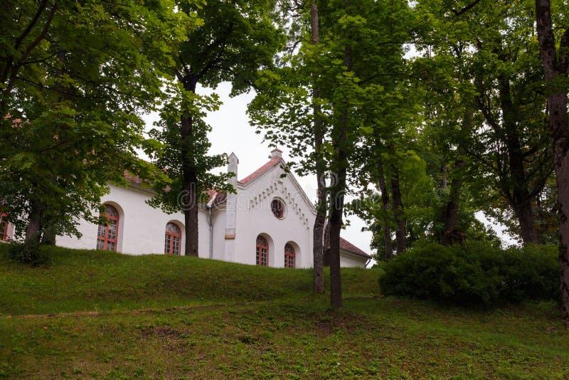 Casa vieja en Talsi, Letonia, opinión de la calle foto de archivo libre de regalías