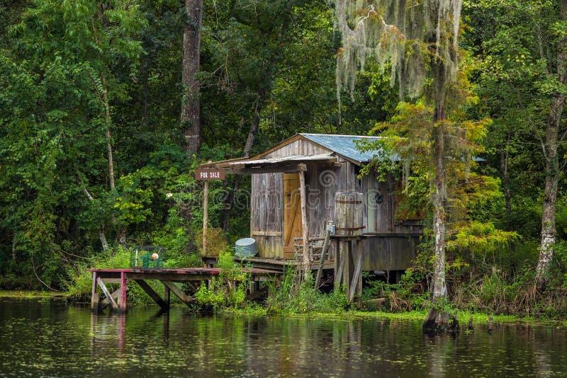 Casa vieja en un pantano en New Orleans fotografía de archivo