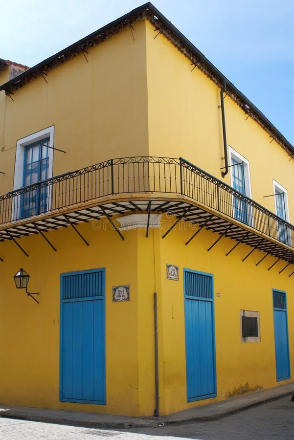 Casa vieja en una esquina pintada con colores brillantes fotografía de archivo