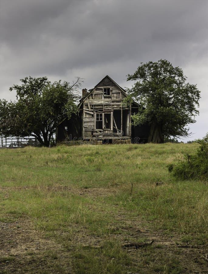 Casa vieja fantasmagórica y forerboding imágenes de archivo libres de regalías