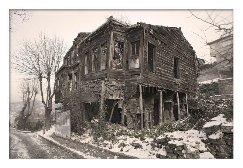 Casa vieja y arruinada en la nieve, foto blanco y negro imagen de archivo