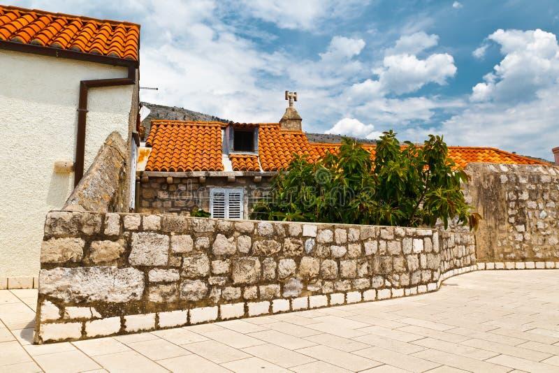 Casa vieja y la pared de la ciudad en Dubrovnik fotos de archivo