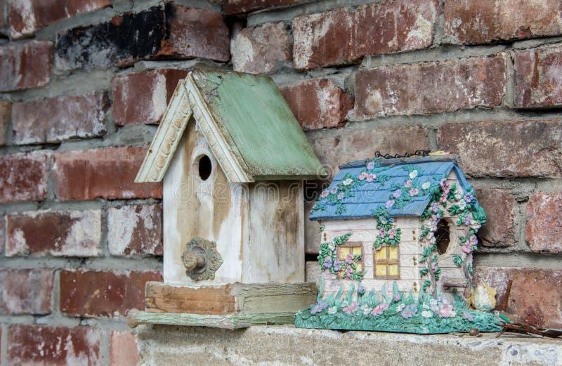 Casa vieja y nueva del pájaro fotografía de archivo libre de regalías
