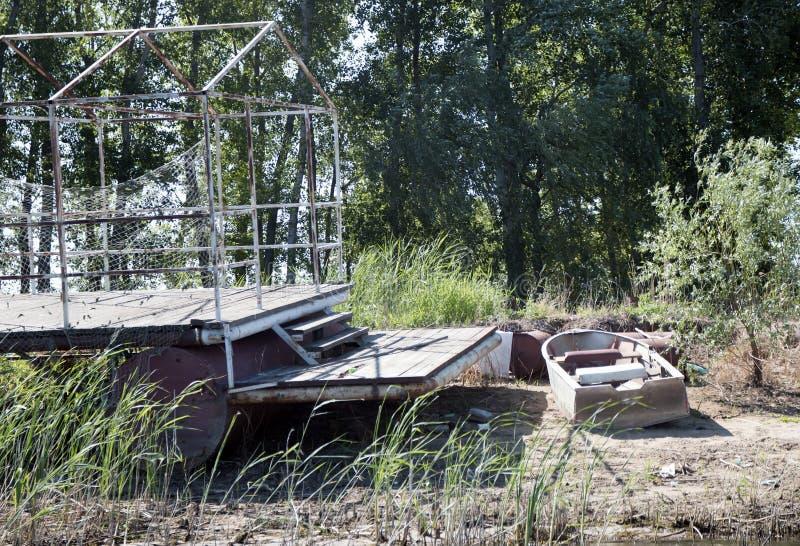 Casa y barco en el río, banco foto de archivo libre de regalías