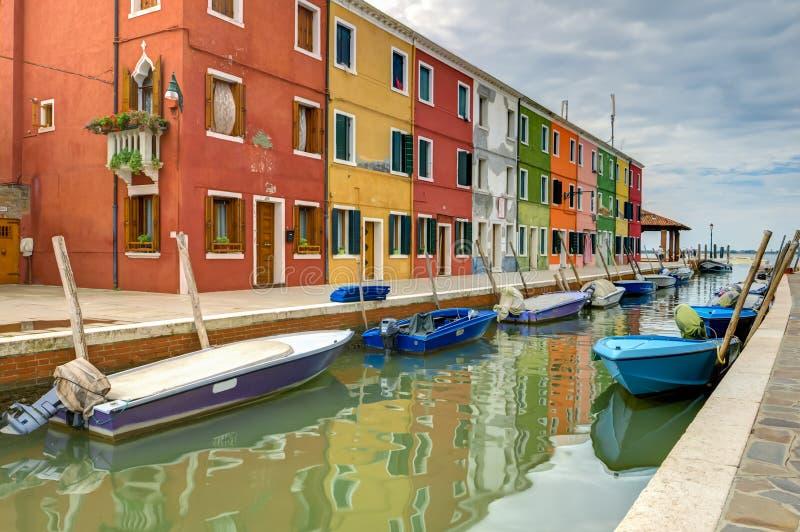Casa y barcos coloridos de la isla de Burano imágenes de archivo libres de regalías