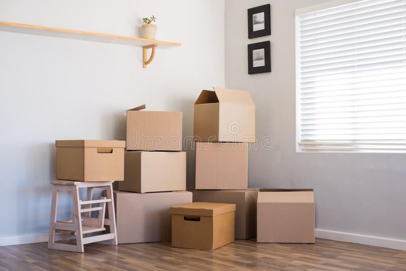 Casa y cajas móviles foto de archivo