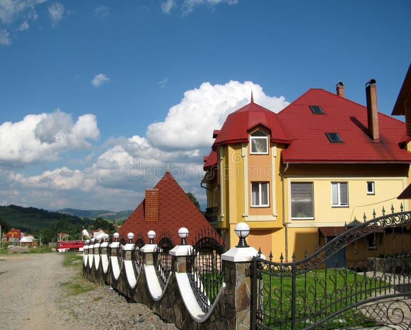 Casa y calle rurales foto de archivo