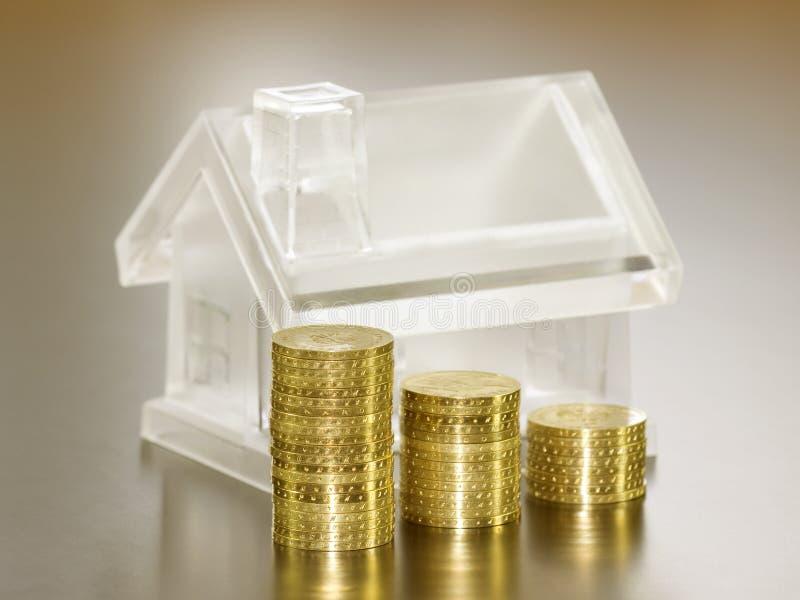Casa y dinero cristalinos fotografía de archivo libre de regalías