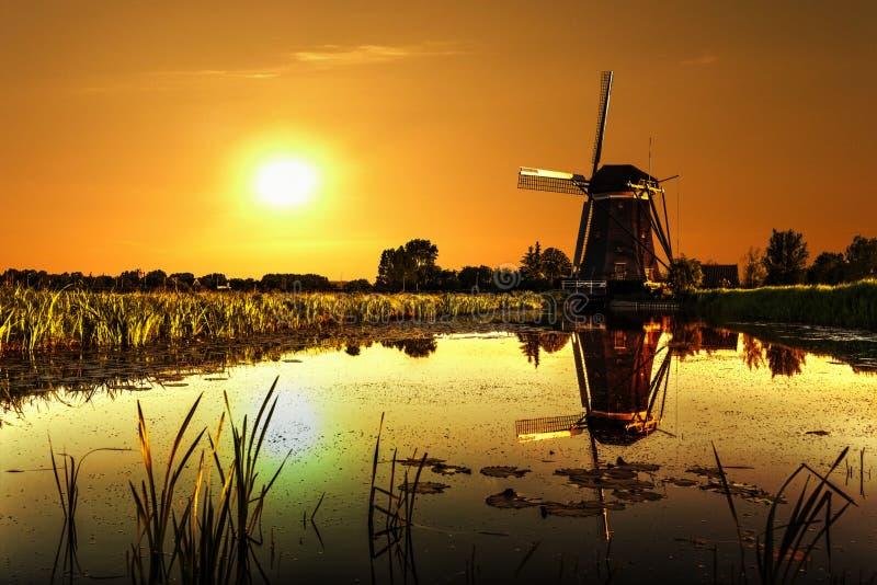 Casa y el gigante de Países Bajos fotos de archivo