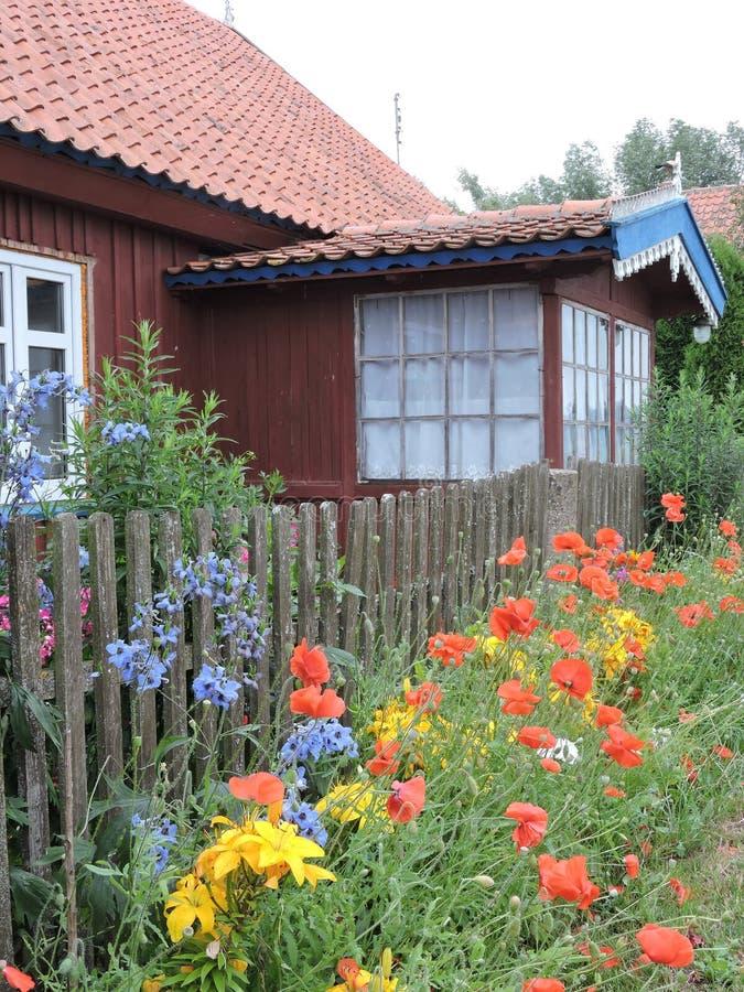 Download Casa y flores viejas foto de archivo. Imagen de cubo - 42425062