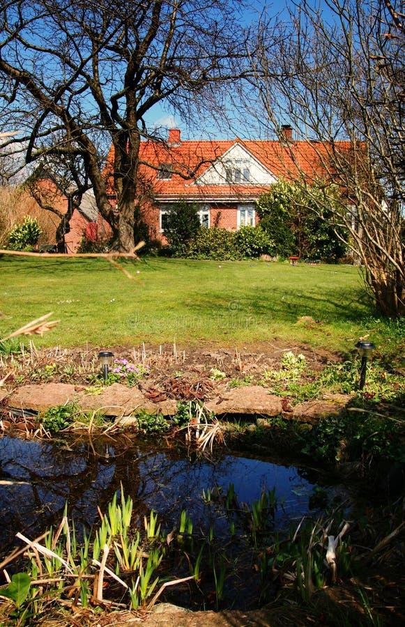 Casa y jardín imagenes de archivo