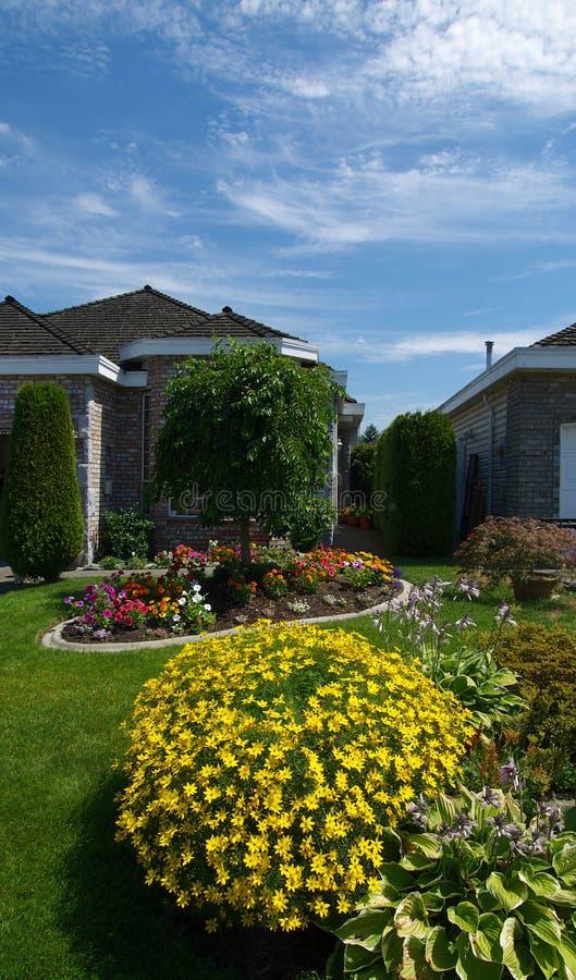 Casa y jardines imagenes de archivo