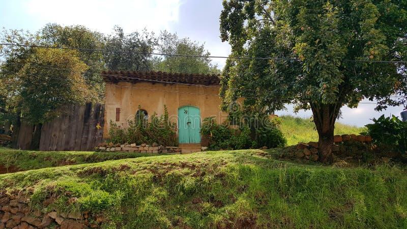 Casa y naturaleza imagen de archivo