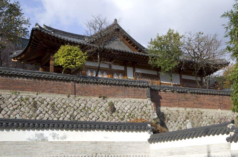 Casa y pared coreanas tradicionales fotos de archivo