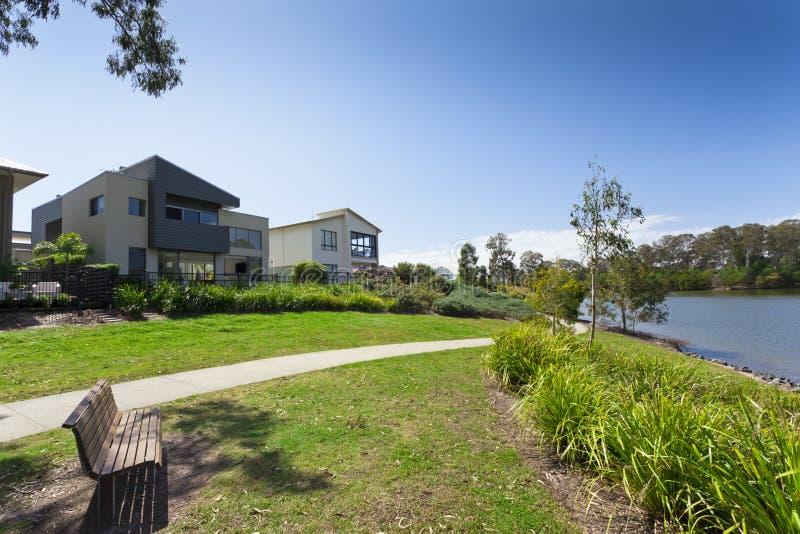Casa y parque australianos modernos foto de archivo libre de regalías