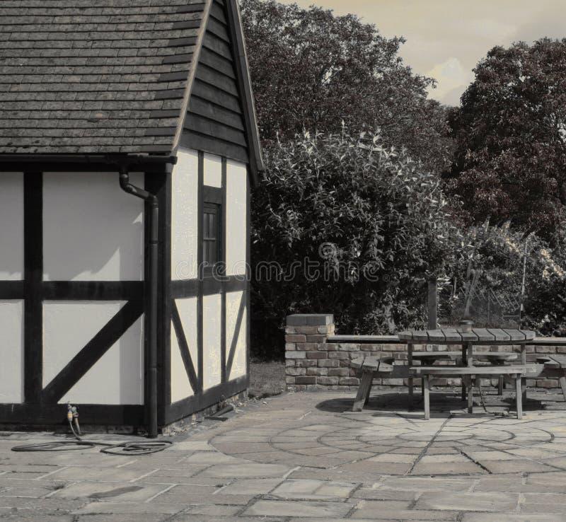 Casa y patio del estilo de Tudor imagenes de archivo