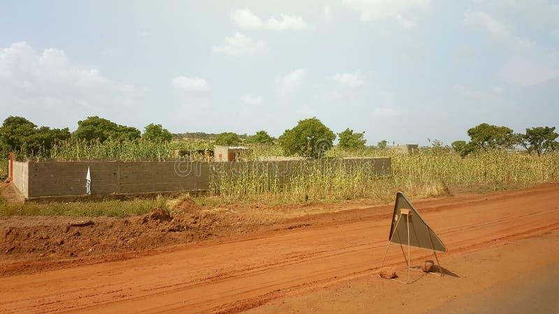 Casa y placa de calle pobres genéricas en Bamako, Malí fotos de archivo libres de regalías