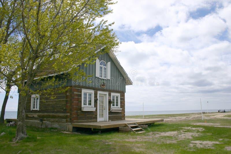 Casa y playa foto de archivo libre de regalías