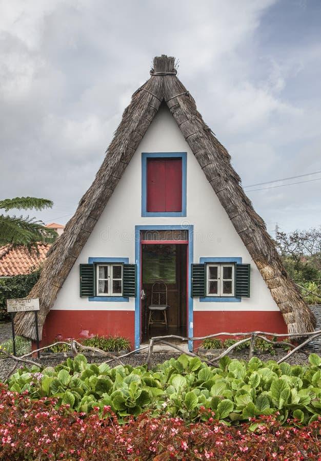 casa y un cielo azul, Santana, Madeira del Uno-marco fotografía de archivo