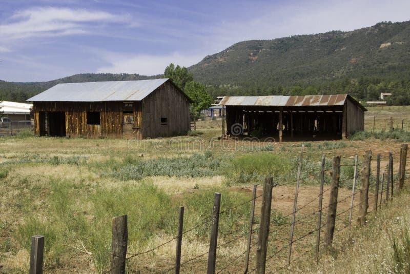 Casa y vertiente viejas de la granja en el país de Arizona fotografía de archivo