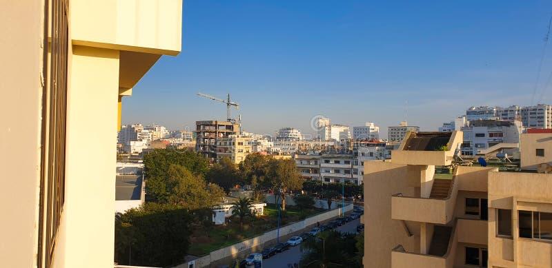 CASABLANCA, MARRUECOS - 31 DE JUNIO DE 2020: Paisaje urbano y cielo azul foto de archivo