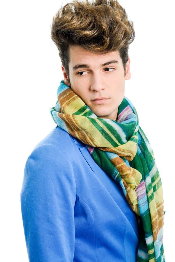 Casaco azul vestindo atrativo e lenço do homem novo imagem de stock