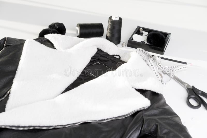 Casaco de cabedal com pele branca no colar imagens de stock