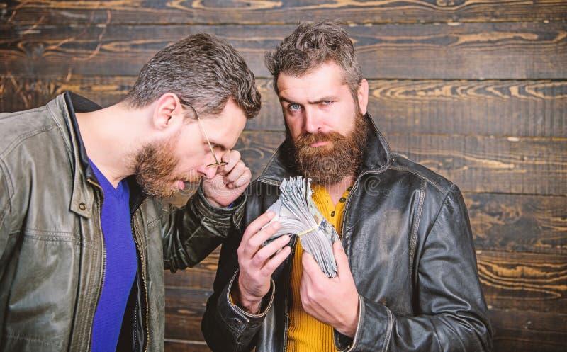 Casaco de cabedal farpado brutal do desgaste do moderno dos homens e para guardar o dinheiro do dinheiro Lucro ilegal e dinheiro  fotos de stock
