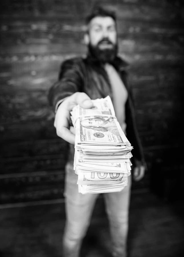 Casaco de cabedal farpado brutal do desgaste do moderno do homem e para guardar o dinheiro do dinheiro Lucro ilegal e dinheiro pr imagem de stock royalty free
