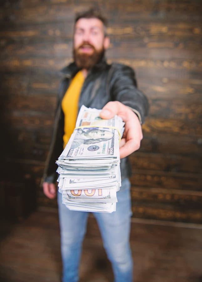 Casaco de cabedal farpado brutal do desgaste do moderno do homem e para guardar o dinheiro do dinheiro Lucro ilegal e dinheiro pr fotos de stock