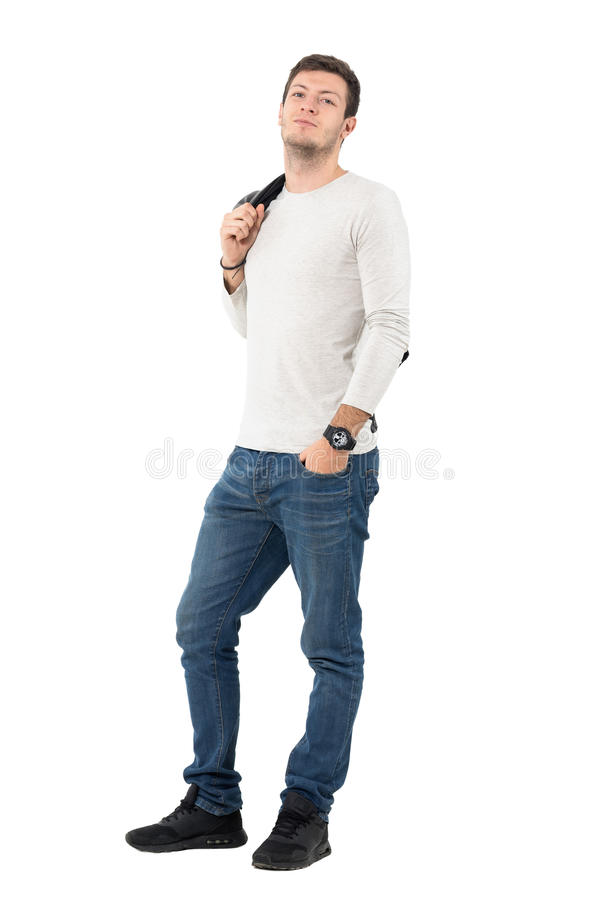 Casaco de cabedal levando do homem considerável relaxado fresco sobre o ombro imagem de stock