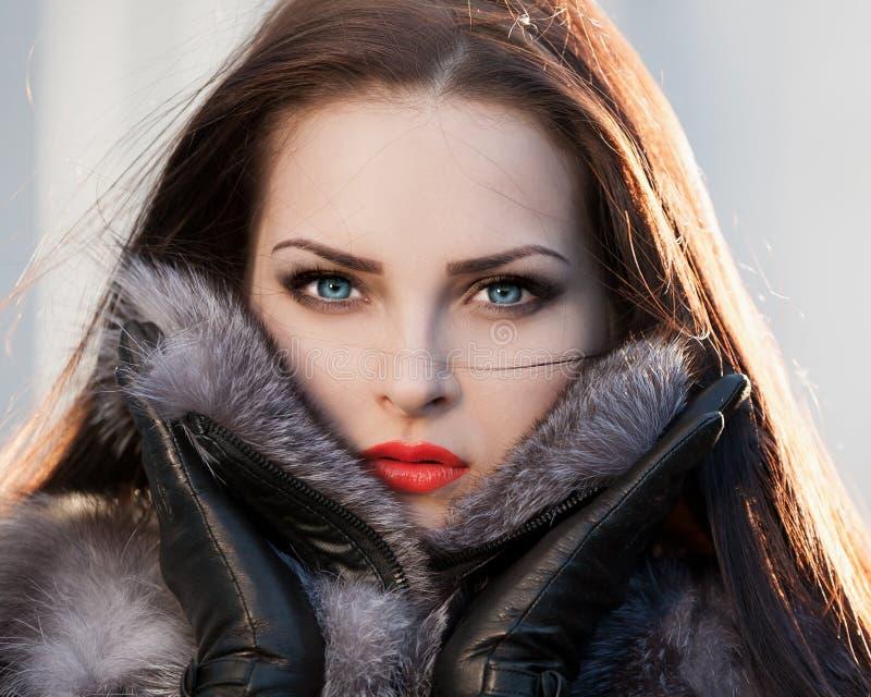 Casaco de pele da cara da mulher, lentes de contato azuis! fotos de stock