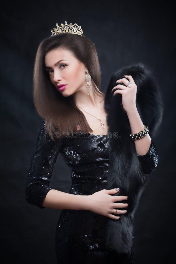 Casaco de pele vestindo da mulher modelo da beleza, coroa do diamante foto de stock royalty free