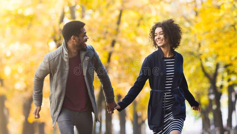 Casal adorável se divertindo no parque de outono foto de stock royalty free