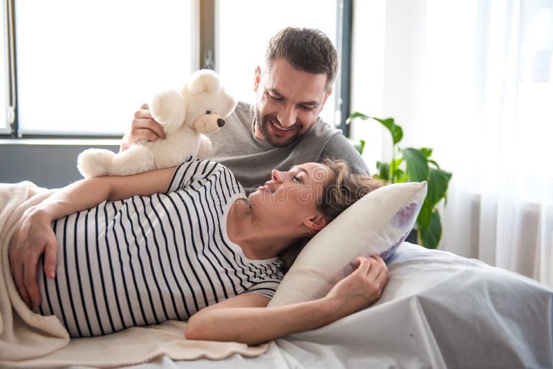 Casal alegre que acorda na manhã fotos de stock royalty free