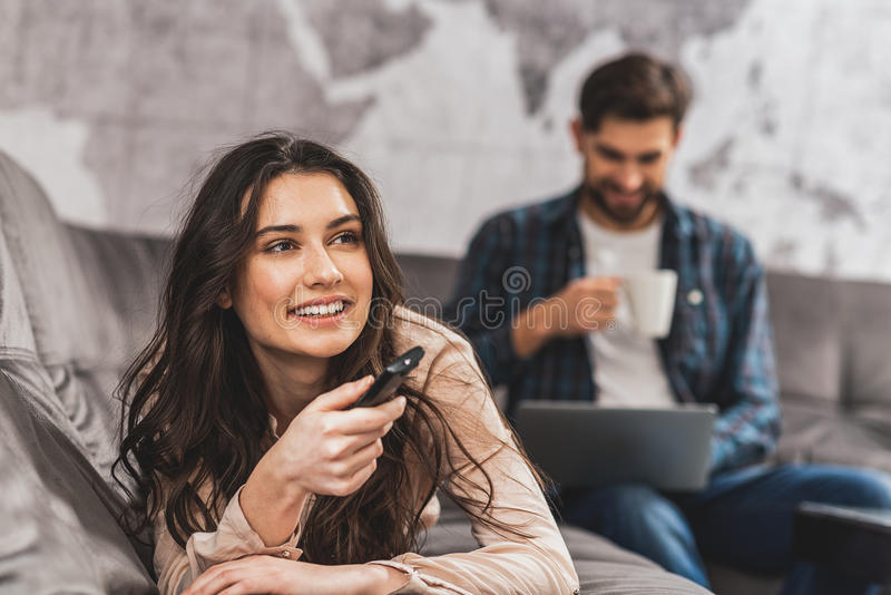 Casal alegre que mante distraído em casa imagens de stock royalty free