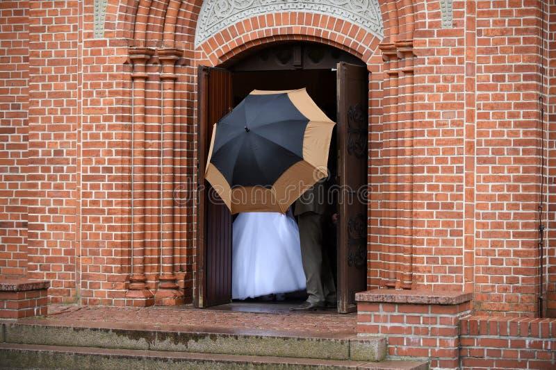 Download Casal Atrás Do Guarda-chuva Imagem de Stock - Imagem de chuva, guarda: 80101521
