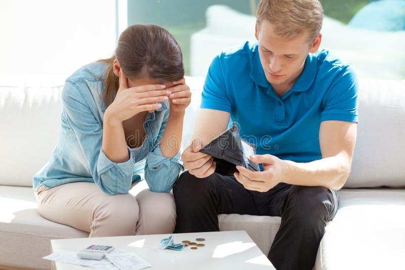Casal casado sentado em casa olhando seus problemas financeiros foto de stock royalty free