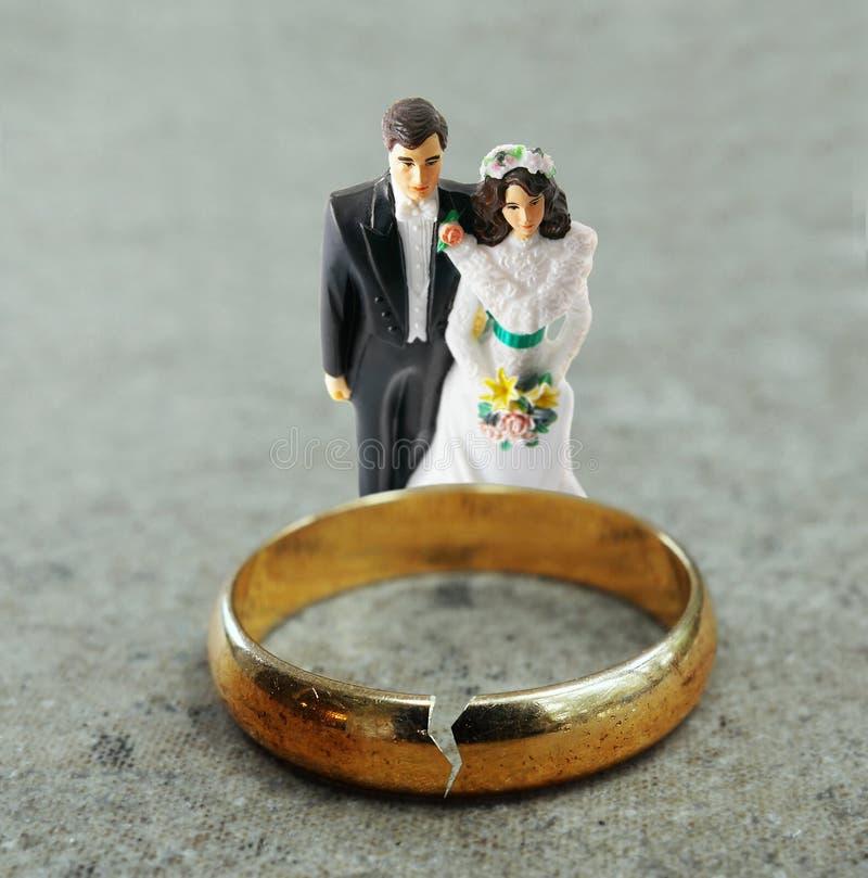 Casal e aliança de casamento quebrada do ouro imagem de stock