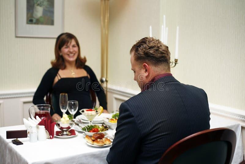Casal em um restaurante imagem de stock