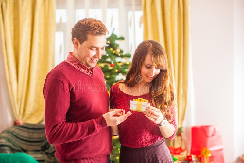 Casal encantador celebra o Natal Presentes de mulher fotos de stock