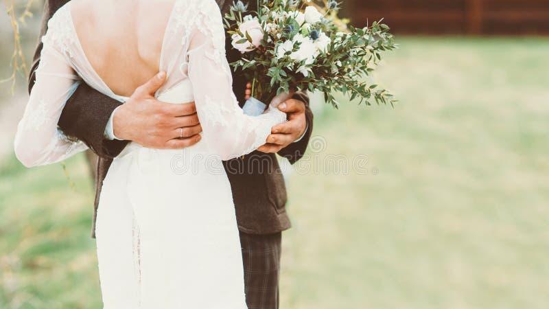 Casal exterior da cerimônia de casamento apenas foto de stock royalty free