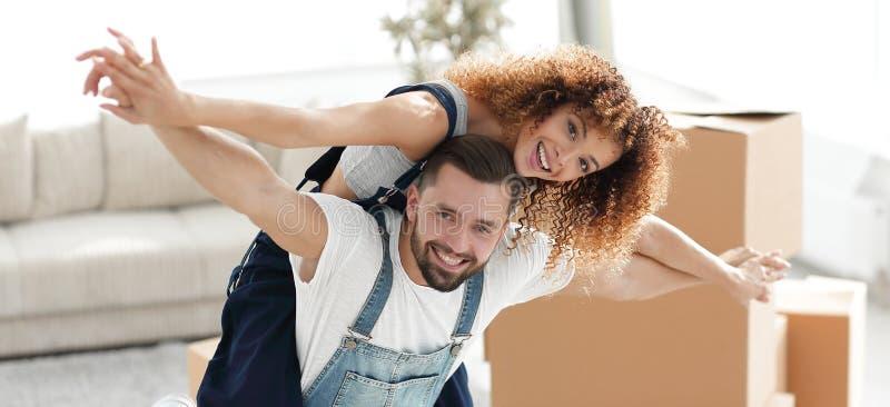 Casal feliz em uma casa nova fotografia de stock royalty free
