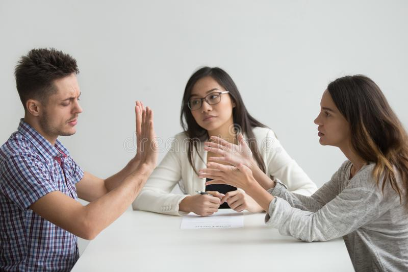Casal infeliz que obtém divorciado discutindo a luta em lawy imagens de stock royalty free