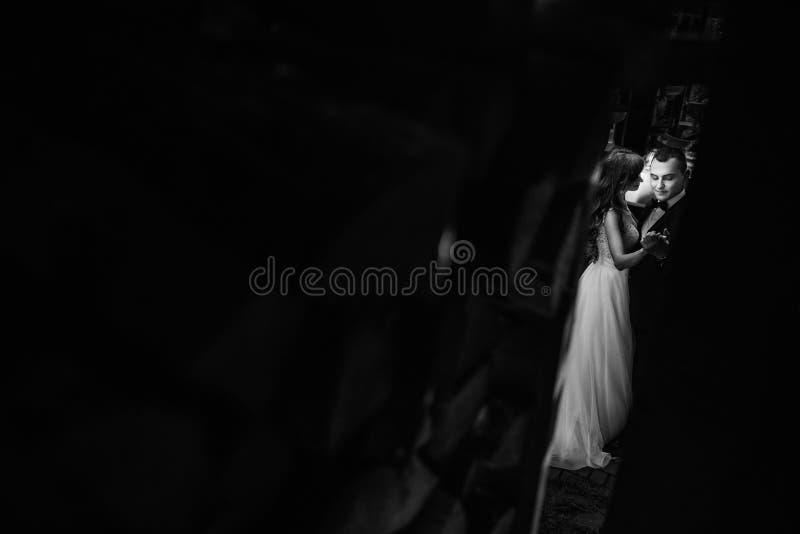 Casal novo bonito na dança branca no fundo escuro imagem de stock